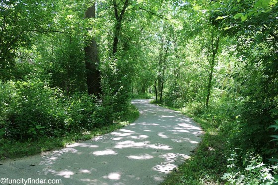 trail-winds-through-creekside-nature-park-zionsville